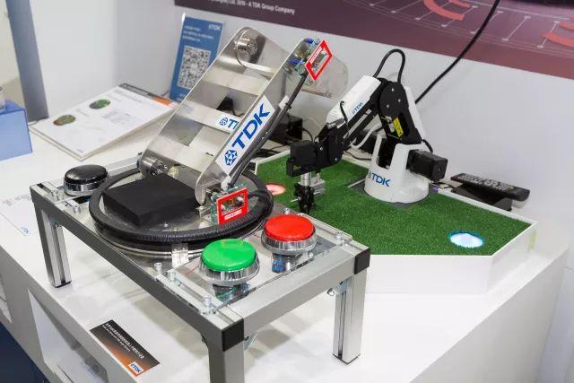 TDK用于机器人手臂的TMR角度传感器和50W无线充电模块技术