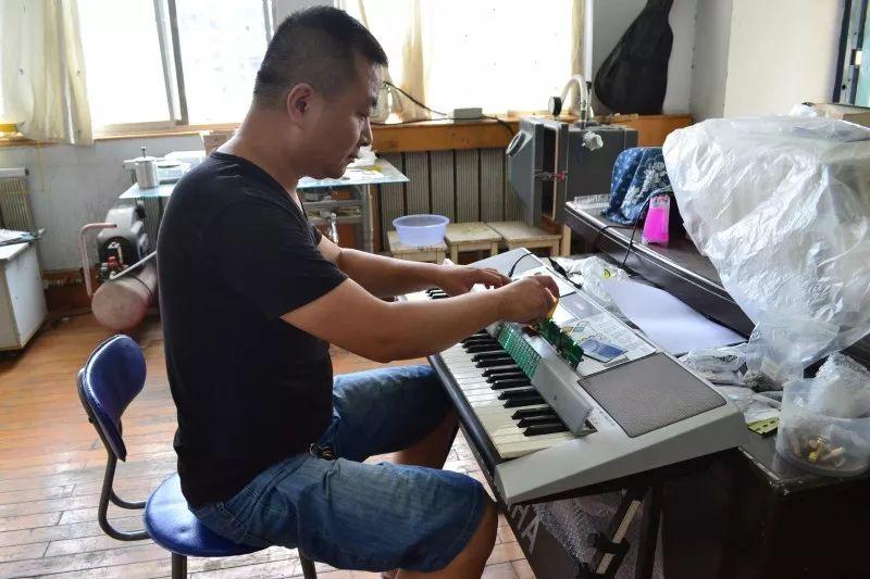 传感器控制灯光乐谱,不上钢琴班,用智能钢琴弹奏天空之城
