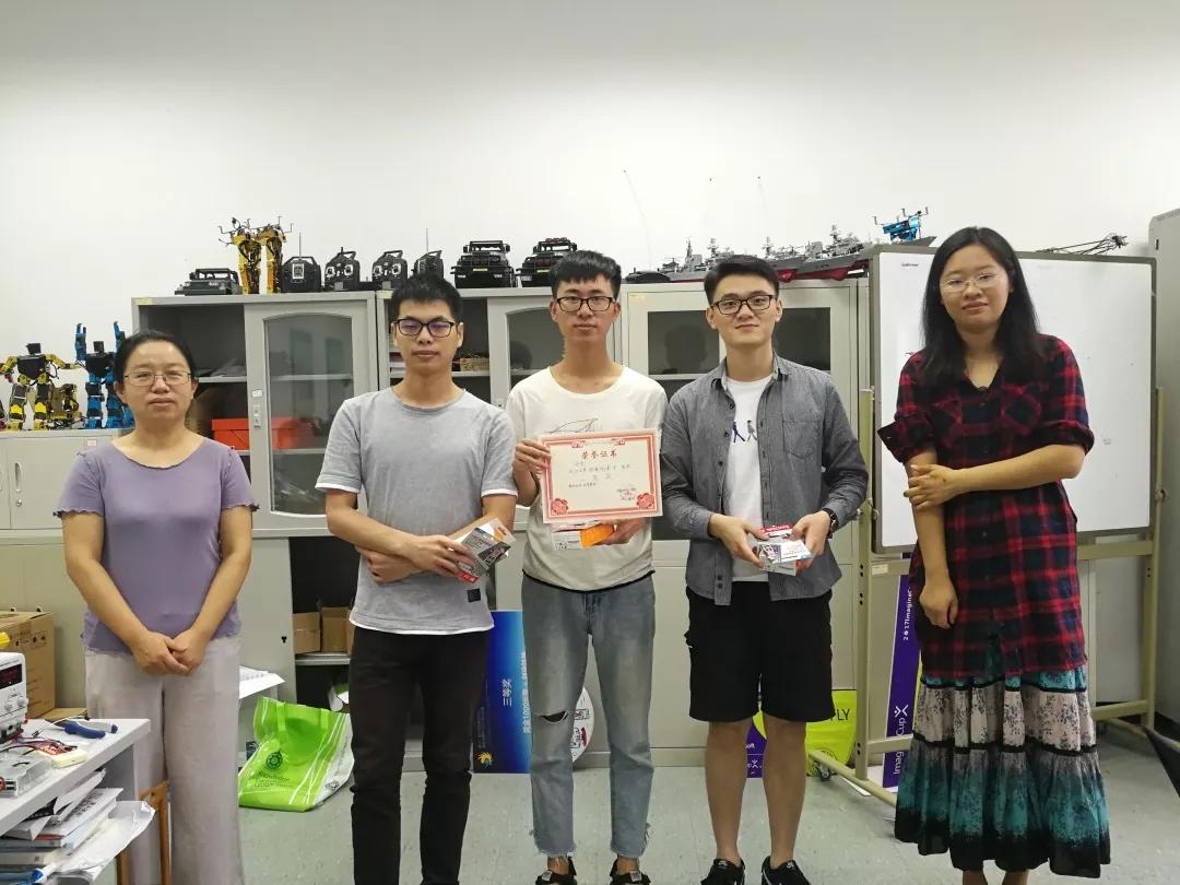 赵荷与袁睿、陈鲸老师为物联网创意设计大赛颁奖